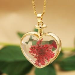 گردنبند گل خشک شیشه ای طرح قلب با گل قرمز رنگ مدل N282