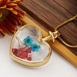 گردنبند شیشه ای گل خشک طرح قلب با گل های قرمز و آبی رنگ مدل N284