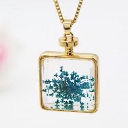 گردنبند شیشه ای گل خشک مربعی شکل با گل های آبی رنگ مدل N295