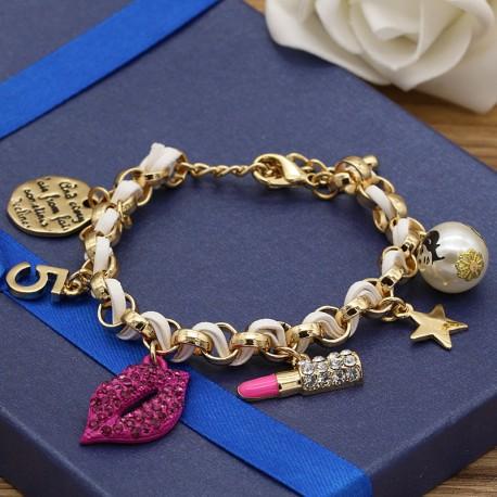 دستبند فانتزی زنانه با آویزهای زیبا و بند سفید رنگ مدل B234
