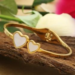 دستبند النگویی زنانه طرح دوقلب جنس استیل با رنگ طلایی مدل B289