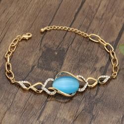دستبند دخترانه شیک دارای سنگ آبی و زنجیر نگین دار با رنگ طلایی مدل B293