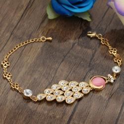 دستبند دخترانه کریستالی طرح طاووس دارای سنگ صورتی و نگین دار با بند طلایی مدل B294