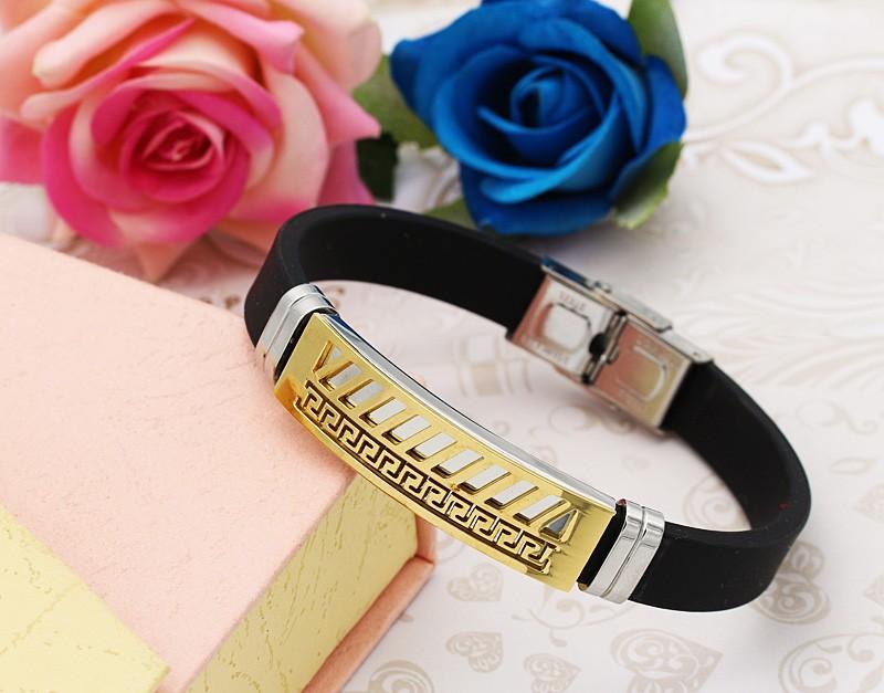 دستبند مردانه با بند لاستیکی و بدنه استیل طرح ورساچه و رنگ طلایی نقره ای مدل B303